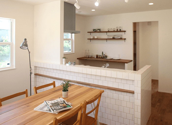 「FLAT HOUSE」は暮らしの基本に立ち返り、住まいの原点である「平屋」を見つめ直しました。